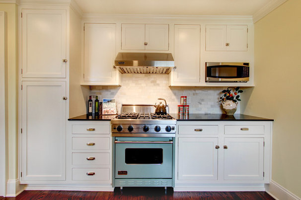 Farmhouse Kitchen by RW Anderson Homes