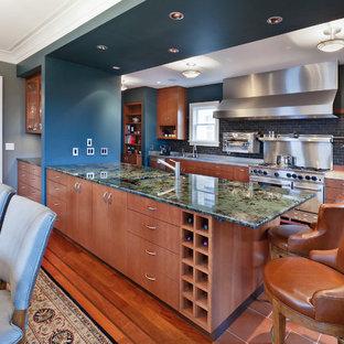 シアトルのコンテンポラリースタイルのおしゃれなキッチン (フラットパネル扉のキャビネット、中間色木目調キャビネット、大理石カウンター、黒いキッチンパネル、セラミックタイルのキッチンパネル、シルバーの調理設備の、緑のキッチンカウンター) の写真