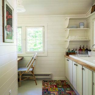 Foto di una piccola cucina lineare country chiusa con lavello da incasso, ante a persiana, ante bianche, top in legno, pavimento in cemento e nessuna isola