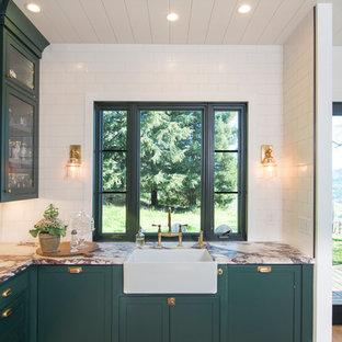 サンフランシスコの大きいカントリー風おしゃれなキッチン (ドロップインシンク、フラットパネル扉のキャビネット、緑のキャビネット、大理石カウンター、白いキッチンパネル、セラミックタイルのキッチンパネル、シルバーの調理設備の、無垢フローリング、茶色い床、白いキッチンカウンター) の写真