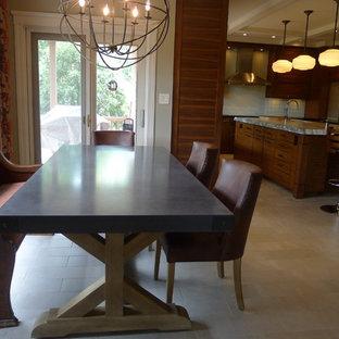 Diseño de cocina comedor en U, actual, con fregadero integrado, puertas de armario de madera oscura, encimera de esteatita, salpicadero gris y electrodomésticos de acero inoxidable