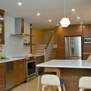 Пример оригинального дизайна интерьера: большая угловая кухня в стиле ретро с обеденным столом, плоскими фасадами, темными деревянными фасадами, столешницей из кварцевого композита, оранжевым фартуком, фартуком из цементной плитки, техникой из нержавеющей стали, пробковым полом, полуостровом, бежевым полом, белой столешницей и двойной раковиной
