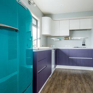 ハミルトンの中サイズのミッドセンチュリースタイルのおしゃれなキッチン (ダブルシンク、フラットパネル扉のキャビネット、紫のキャビネット、ラミネートカウンター、クッションフロア、アイランドなし) の写真