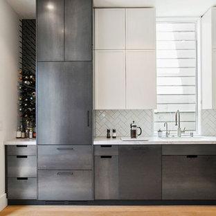 Idéer för att renovera ett avskilt, stort funkis l-kök, med en undermonterad diskho, luckor med infälld panel, skåp i rostfritt stål, vitt stänkskydd, stänkskydd i keramik, rostfria vitvaror, ljust trägolv och bänkskiva i kvartsit