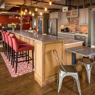 Idéer för industriella kök med öppen planlösning, med en undermonterad diskho, luckor med infälld panel, grå skåp, mörkt trägolv och en köksö