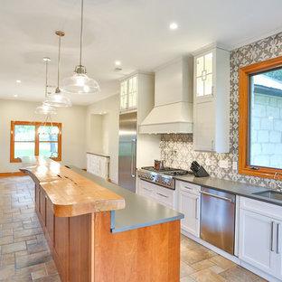 オースティンの大きいトラディショナルスタイルのおしゃれなキッチン (ダブルシンク、シェーカースタイル扉のキャビネット、白いキャビネット、クオーツストーンカウンター、マルチカラーのキッチンパネル、磁器タイルのキッチンパネル、シルバーの調理設備の、緑のキッチンカウンター) の写真