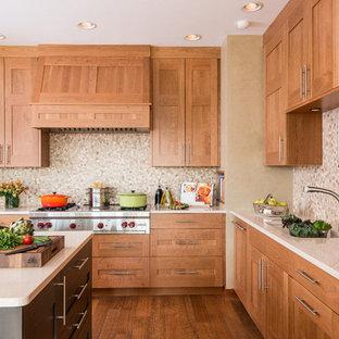 ポートランドのアジアンスタイルのおしゃれなキッチン (アンダーカウンターシンク、シェーカースタイル扉のキャビネット、中間色木目調キャビネット、クオーツストーンカウンター、ベージュキッチンパネル、パネルと同色の調理設備、無垢フローリング) の写真