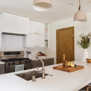 Inspiration för mycket stora minimalistiska vitt kök, med en undermonterad diskho, släta luckor, grå skåp, bänkskiva i kvarts, vitt stänkskydd, stänkskydd i tunnelbanekakel, rostfria vitvaror, bambugolv, en halv köksö och gult golv