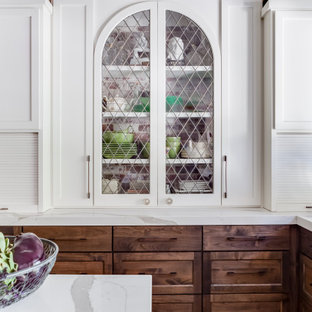 Klassisk inredning av ett mellanstort vit vitt kök, med en rustik diskho, skåp i shakerstil, skåp i mellenmörkt trä, bänkskiva i kvarts, färgglada vitvaror, vinylgolv, en köksö och brunt golv