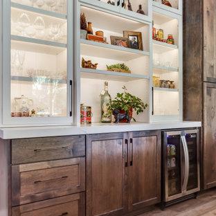 Offene, Mittelgroße Klassische Küche in U-Form mit Landhausspüle, Schrankfronten im Shaker-Stil, hellbraunen Holzschränken, Quarzwerkstein-Arbeitsplatte, bunten Elektrogeräten, Vinylboden, Kücheninsel, braunem Boden und weißer Arbeitsplatte in Sacramento
