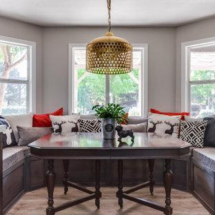 Foto på ett mellanstort vintage vit kök, med en rustik diskho, skåp i shakerstil, skåp i mellenmörkt trä, bänkskiva i kvarts, färgglada vitvaror, vinylgolv, en köksö och brunt golv