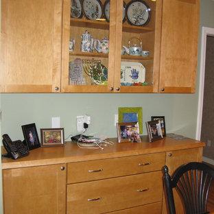 Foto de cocina comedor en U, clásica, con fregadero bajoencimera, armarios estilo shaker, puertas de armario de madera clara, encimera de granito, salpicadero verde, salpicadero de travertino, electrodomésticos de acero inoxidable, suelo de madera clara, península y encimeras negras