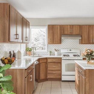 他の地域の広いトランジショナルスタイルのおしゃれなキッチン (シングルシンク、フラットパネル扉のキャビネット、中間色木目調キャビネット、珪岩カウンター、白いキッチンパネル、セラミックタイルのキッチンパネル、シルバーの調理設備、セメントタイルの床、白い床、白いキッチンカウンター) の写真