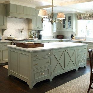 Réalisation d'une cuisine américaine tradition avec des portes de placards vertess, un plan de travail en marbre, une crédence blanche, un placard avec porte à panneau encastré et une crédence en marbre.