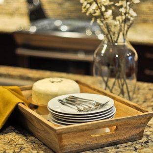 Esempio di una cucina tradizionale con ante con riquadro incassato, ante marroni, top in quarzite, paraspruzzi multicolore, paraspruzzi con piastrelle a mosaico, elettrodomestici in acciaio inossidabile, pavimento in sughero e isola