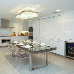 ニューヨークの大きいモダンスタイルのおしゃれなパントリー (アンダーカウンターシンク、フラットパネル扉のキャビネット、白いキャビネット、クオーツストーンカウンター、白いキッチンパネル、石スラブのキッチンパネル、パネルと同色の調理設備、トラバーチンの床、アイランドなし) の写真