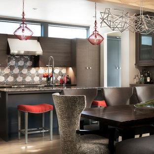 Ispirazione per una cucina minimal di medie dimensioni con isola, ante lisce, ante marroni, top in legno, paraspruzzi a effetto metallico, paraspruzzi con piastrelle a mosaico e elettrodomestici in acciaio inossidabile