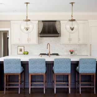 Idéer för mellanstora vintage vitt kök med öppen planlösning, med vita skåp, bänkskiva i kvartsit, vitt stänkskydd, stänkskydd i marmor, mörkt trägolv, en köksö, brunt golv och skåp i shakerstil