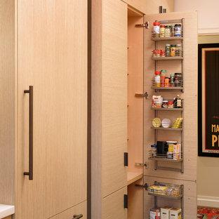 Modern inredning av ett litet kök, med en undermonterad diskho, släta luckor, skåp i ljust trä, bänkskiva i kvartsit, orange stänkskydd, rostfria vitvaror, mörkt trägolv och glaspanel som stänkskydd