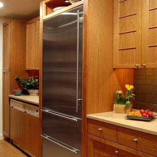 ワシントンD.C.の中サイズのおしゃれなキッチン (アンダーカウンターシンク、ルーバー扉のキャビネット、中間色木目調キャビネット、木材カウンター、青いキッチンパネル、セラミックタイルのキッチンパネル、シルバーの調理設備、淡色無垢フローリング) の写真