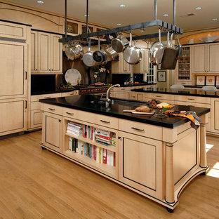 ワシントンD.C.の広いアジアンスタイルのおしゃれなキッチン (アンダーカウンターシンク、落し込みパネル扉のキャビネット、ベージュのキャビネット、人工大理石カウンター、メタリックのキッチンパネル、メタルタイルのキッチンパネル、シルバーの調理設備、淡色無垢フローリング、ベージュの床) の写真