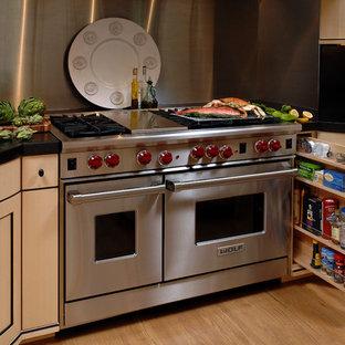 ワシントンD.C.の大きいアジアンスタイルのおしゃれなキッチン (アンダーカウンターシンク、落し込みパネル扉のキャビネット、ベージュのキャビネット、人工大理石カウンター、メタリックのキッチンパネル、メタルタイルのキッチンパネル、シルバーの調理設備の、淡色無垢フローリング、ベージュの床) の写真