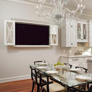 ワシントンD.C.の中サイズのヴィクトリアン調のおしゃれなキッチン (アンダーカウンターシンク、インセット扉のキャビネット、白いキャビネット、御影石カウンター、白いキッチンパネル、石スラブのキッチンパネル、パネルと同色の調理設備、濃色無垢フローリング) の写真