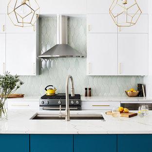 ワシントンD.C.のコンテンポラリースタイルのおしゃれなキッチン (フラットパネル扉のキャビネット、ターコイズのキャビネット、緑のキッチンパネル、シルバーの調理設備の、白いキッチンカウンター、アンダーカウンターシンク) の写真