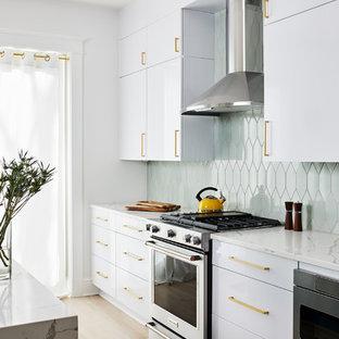 ワシントンD.C.のコンテンポラリースタイルのおしゃれなアイランドキッチン (フラットパネル扉のキャビネット、ターコイズのキャビネット、緑のキッチンパネル、シルバーの調理設備の、淡色無垢フローリング、白いキッチンカウンター) の写真