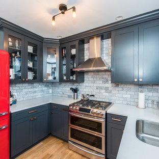 ワシントンD.C.の中サイズのトランジショナルスタイルのおしゃれなキッチン (アンダーカウンターシンク、落し込みパネル扉のキャビネット、緑のキャビネット、珪岩カウンター、グレーのキッチンパネル、サブウェイタイルのキッチンパネル、シルバーの調理設備の、無垢フローリング、アイランドなし、茶色い床) の写真