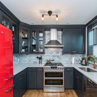 Mittelgroße Klassische Küche ohne Insel in U-Form mit Unterbauwaschbecken, Quarzit-Arbeitsplatte, Küchenrückwand in Grau, Rückwand aus Metrofliesen, braunem Holzboden, blauen Schränken, bunten Elektrogeräten und Glasfronten in Washington, D.C.