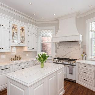 ワシントンD.C.の中サイズのヴィクトリアン調のおしゃれなキッチン (アンダーカウンターシンク、シェーカースタイル扉のキャビネット、白いキャビネット、大理石カウンター、グレーのキッチンパネル、磁器タイルのキッチンパネル、白い調理設備、濃色無垢フローリング、茶色い床) の写真