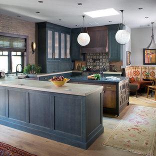 Foto på ett eklektiskt u-kök, med en rustik diskho, skåp i shakerstil, blå skåp, bänkskiva i betong, ljust trägolv, en köksö och beiget golv