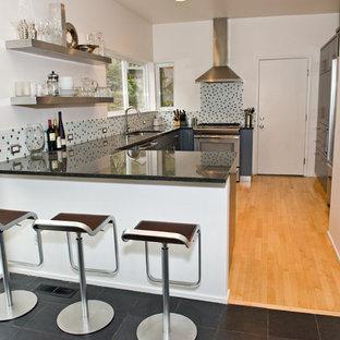 Idéer för funkis u-kök, med flerfärgad stänkskydd, stänkskydd i mosaik, öppna hyllor och skåp i rostfritt stål