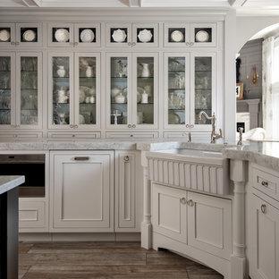 Modelo de cocina romántica, grande, con fregadero sobremueble, armarios con rebordes decorativos, puertas de armario blancas, encimera de cuarcita, salpicadero azul, salpicadero de azulejos de vidrio, electrodomésticos con paneles, suelo de baldosas de porcelana y dos o más islas