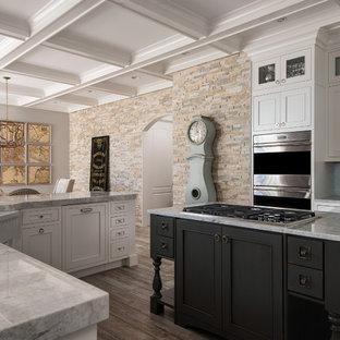 Idéer för ett shabby chic-inspirerat kök, med en rustik diskho, skåp i shakerstil, vita skåp, bänkskiva i kvartsit, vitt stänkskydd, stänkskydd i glaskakel, rostfria vitvaror och en köksö