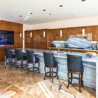 Große Moderne Küche in L-Form mit Doppelwaschbecken, flächenbündigen Schrankfronten, hellbraunen Holzschränken, Quarzwerkstein-Arbeitsplatte, Küchenrückwand in Blau, Rückwand aus Stein, Küchengeräten aus Edelstahl, Marmorboden, Kücheninsel und braunem Boden in Chicago