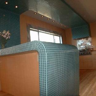 サンフランシスコの中くらいのミッドセンチュリースタイルのおしゃれなキッチン (ダブルシンク、フラットパネル扉のキャビネット、淡色木目調キャビネット、タイルカウンター、シルバーの調理設備、無垢フローリング) の写真