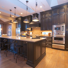 Traditional Kitchen by Homes by Avi