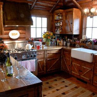 Ejemplo de cocina en U, rústica, pequeña, con fregadero sobremueble, encimera de madera y península