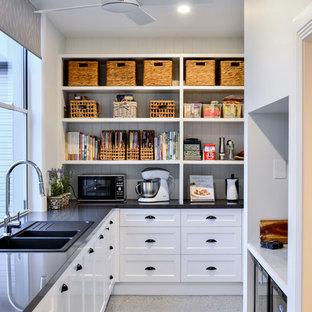 Ispirazione per una cucina stile marinaro con lavello a doppia vasca, ante in stile shaker, ante bianche e pavimento grigio