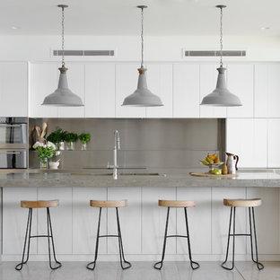 Ispirazione per una cucina marinara di medie dimensioni con lavello sottopiano, ante lisce, ante bianche, top in cemento, paraspruzzi con piastrelle di metallo, elettrodomestici in acciaio inossidabile, isola e paraspruzzi grigio