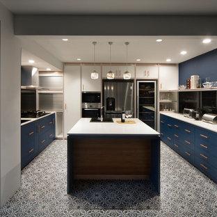 シンガポールのアジアンスタイルのおしゃれなキッチン (ドロップインシンク、フラットパネル扉のキャビネット、青いキャビネット、黒いキッチンパネル、ガラス板のキッチンパネル、シルバーの調理設備の、セメントタイルの床、マルチカラーの床、白いキッチンカウンター) の写真