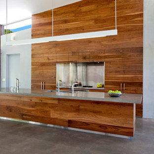 Zweizeilige, Große Moderne Wohnküche mit Unterbauwaschbecken, flächenbündigen Schrankfronten, hellbraunen Holzschränken, Betonarbeitsplatte, Küchengeräten aus Edelstahl, Kücheninsel und Küchenrückwand in Metallic in Brisbane