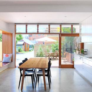 Foto de cocina comedor lineal, minimalista, con fregadero bajoencimera, armarios con paneles lisos, encimera de cuarzo compacto y salpicadero blanco