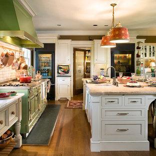 ニューアークの広いコンテンポラリースタイルのおしゃれなキッチン (落し込みパネル扉のキャビネット、白いキャビネット、ライムストーンカウンター、白いキッチンパネル、レンガのキッチンパネル、カラー調理設備、無垢フローリング) の写真