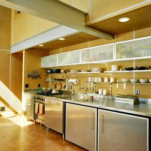 デンバーの小さいコンテンポラリースタイルのおしゃれなI型キッチン (一体型シンク、ステンレスキャビネット、ステンレスカウンター、ベージュキッチンパネル、シルバーの調理設備の、アイランドなし、オープンシェルフ) の写真