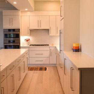Offene, Große Moderne Küche in L-Form mit flächenbündigen Schrankfronten, weißen Schränken, Quarzwerkstein-Arbeitsplatte, Küchenrückwand in Weiß, Rückwand aus Mosaikfliesen, Kücheninsel und gelber Arbeitsplatte in Boston