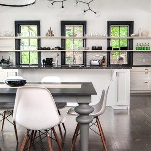 Diseño de cocina comedor contemporánea con armarios abiertos y puertas de armario blancas