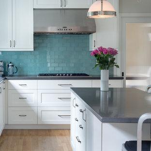 ロサンゼルスのトランジショナルスタイルのおしゃれなアイランドキッチン (青いキッチンパネル、ガラスタイルのキッチンパネル) の写真